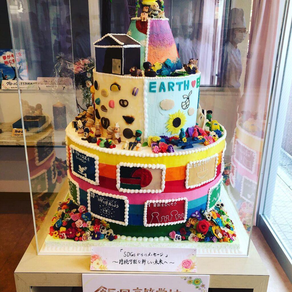 製菓コース_巨大ケーキオブジェのアイキャッチ画像